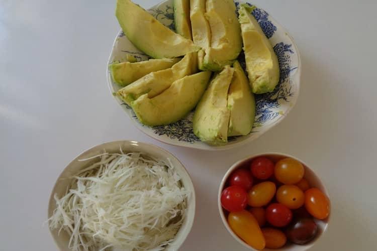 Avocat tropical 3 sauces froides - recette plaisir gourmand. https://edithetsacuisine.fr/wp-content/uploads/2016/10/avocat-tropical-preparation-1.jpg