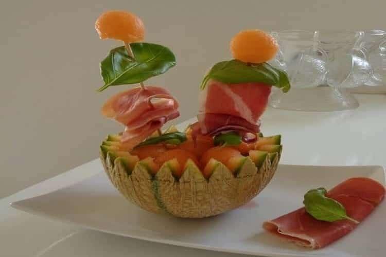Boules de melon au porto jambon vendéen (entrée froide). https://edithetsacuisine.fr/wp-content/uploads/2016/10/boules-de-melon-au-porto-la-decoupe-des-boules.jpg