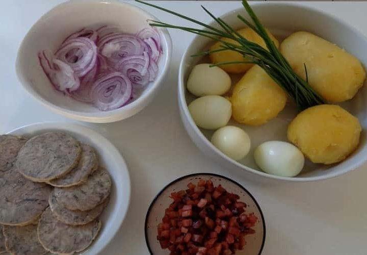 Salade composée de pomme de terre oignon rouge.