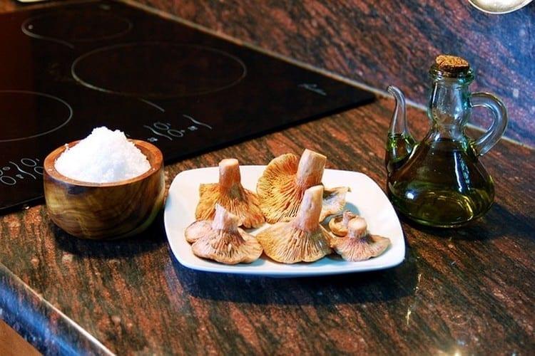 recourir-à-une-huile-dolive-en-cuisine-champignons