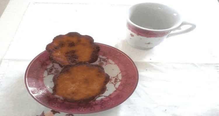 cannelé café et assiette