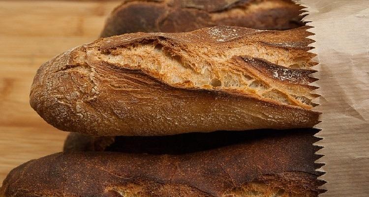 gâteau de pain rassis avec des baguettes