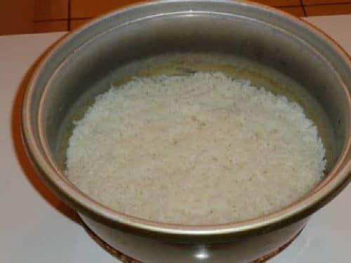Pour cuire le riz rien de mieux que la marmite à riz qui vous préviendra lorsque le riz sera cuit en émettant un son provenant du minuteur automatique. Prenez soin de rincer le riz au minimum trois fois avant de le mettre a cuire.