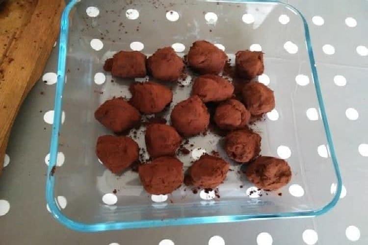 Truffe au chocolat, Édith vous dit comment la faire facilement https://edithetsacuisine.fr/wp-content/uploads/2016/12/truffe-au-chocolat-la-coupe.jpg