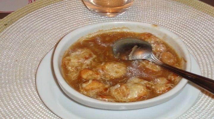 Comment faire la véritable soupe à l'oignon gratinée traditionnelle ?