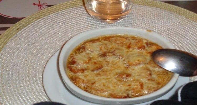 soupe à l'oignon gratinée dans son bol de présentation