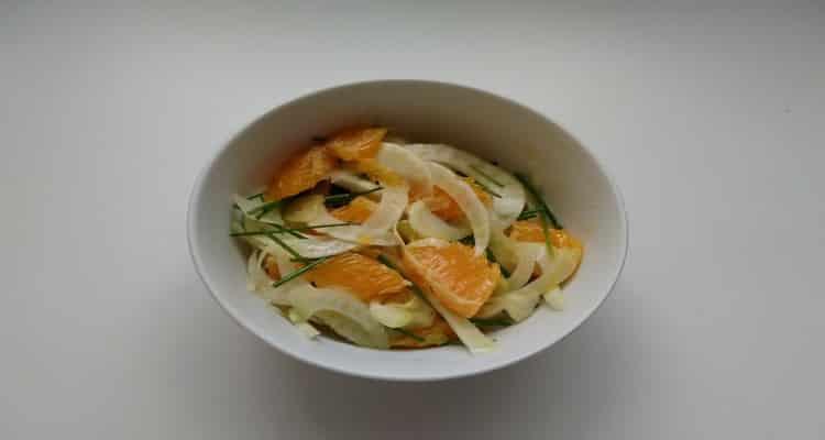 salade bulbes de fenouil à l'orange, présentation dans un bol