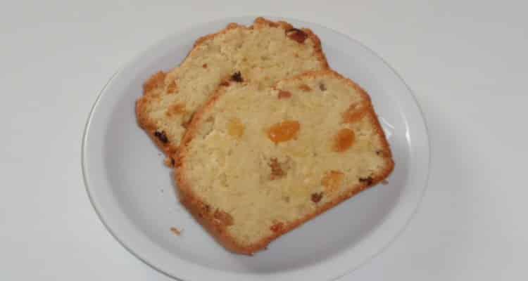 Cake aux raisins coupé en tranches