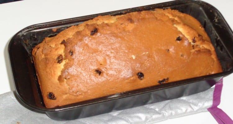 Cake aux raisins dans le moule