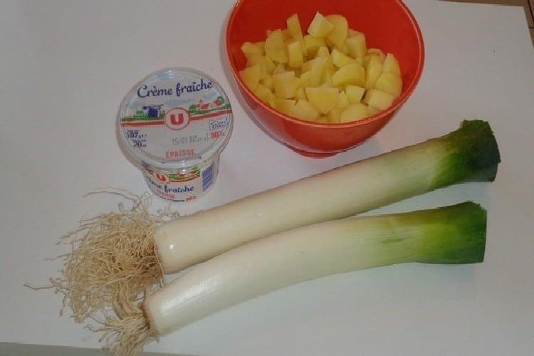 Soupe poireaux au beurre pommes de terre en petits tronçons https://edithetsacuisine.fr/wp-content/uploads/2018/01/soupe-poireaux-1.jpg