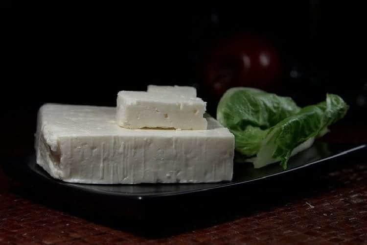 Réussir la salade Grecque à la Feta olive noire jus de citron https://edithetsacuisine.fr/wp-content/uploads/2018/04/salade-grecque-saladier-de-presentation-1.jpg