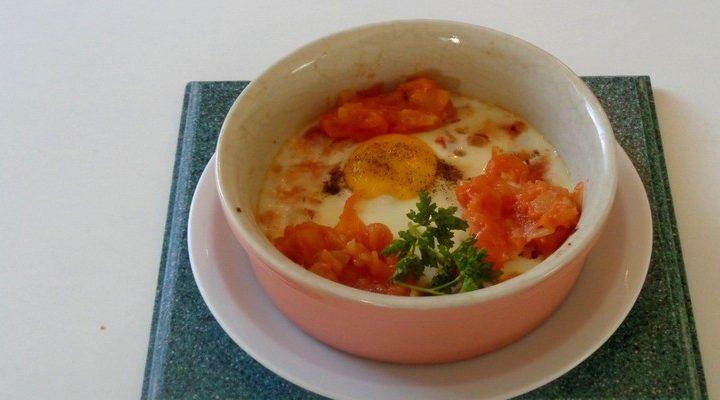 Œuf en cocotte à l'oignon tomate fraîche – cuisson au bain-marie.