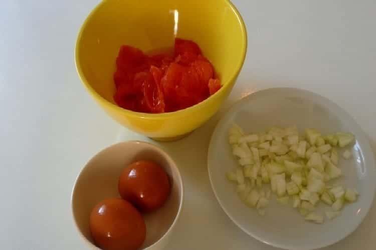 œuf en cocotte les ingredients tomate et oignon