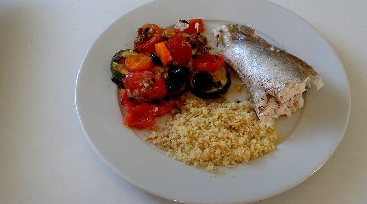 Merlu au four garniture olive noire courgette carotte et tomate Roma.