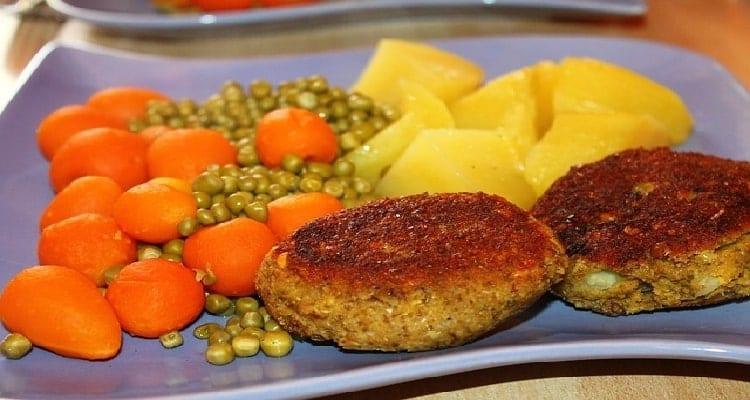 Repas sans viande avec des boulettes de lentilles