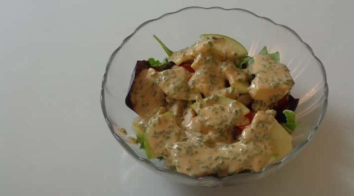 Salade poulet pommes Granny Smith, vinaigrette épicée.