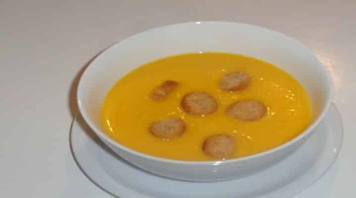 Soupe de courge en 5 étapes, poireaux légèrement poêlés au beurre.