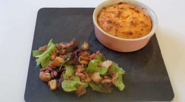 Flan soufflé patate douce parmesan râpé salade verte croquante