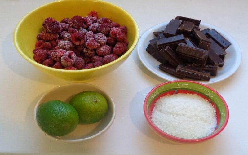 framboises, citron vert, noix de coco et chocolat noir pour préparer la bûche de Noël