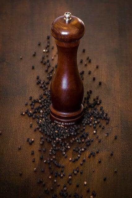 grains de poivre dans la sauce grand veneur