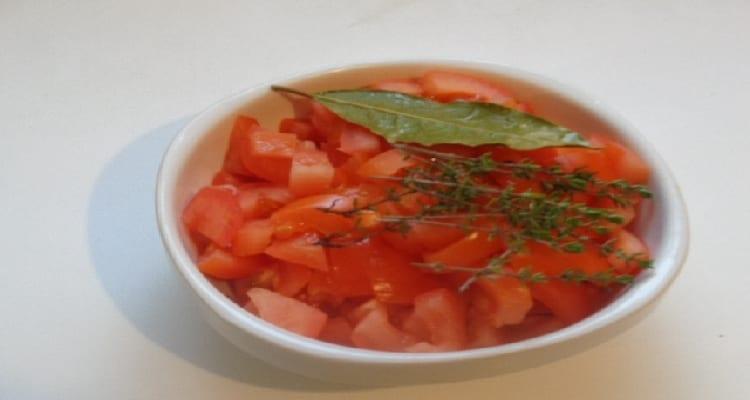 tomate coupée en des