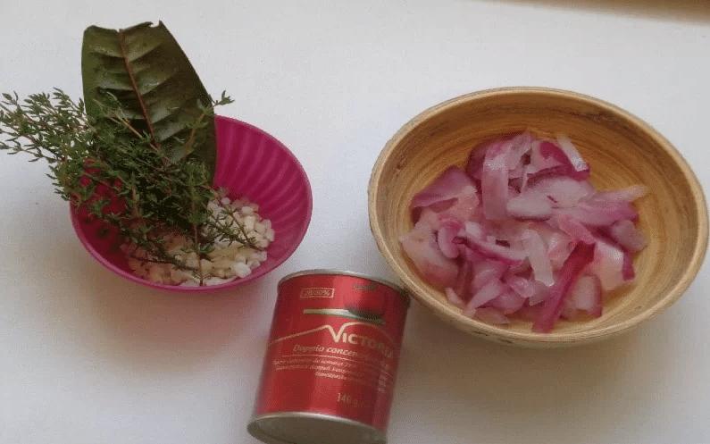 ail, thym,oignon,sauce tomate