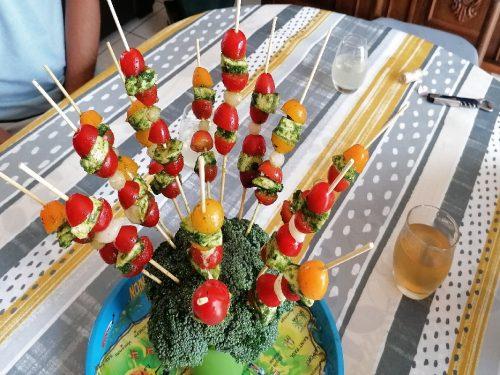 brochettes de tomates-cerises présentation sur table