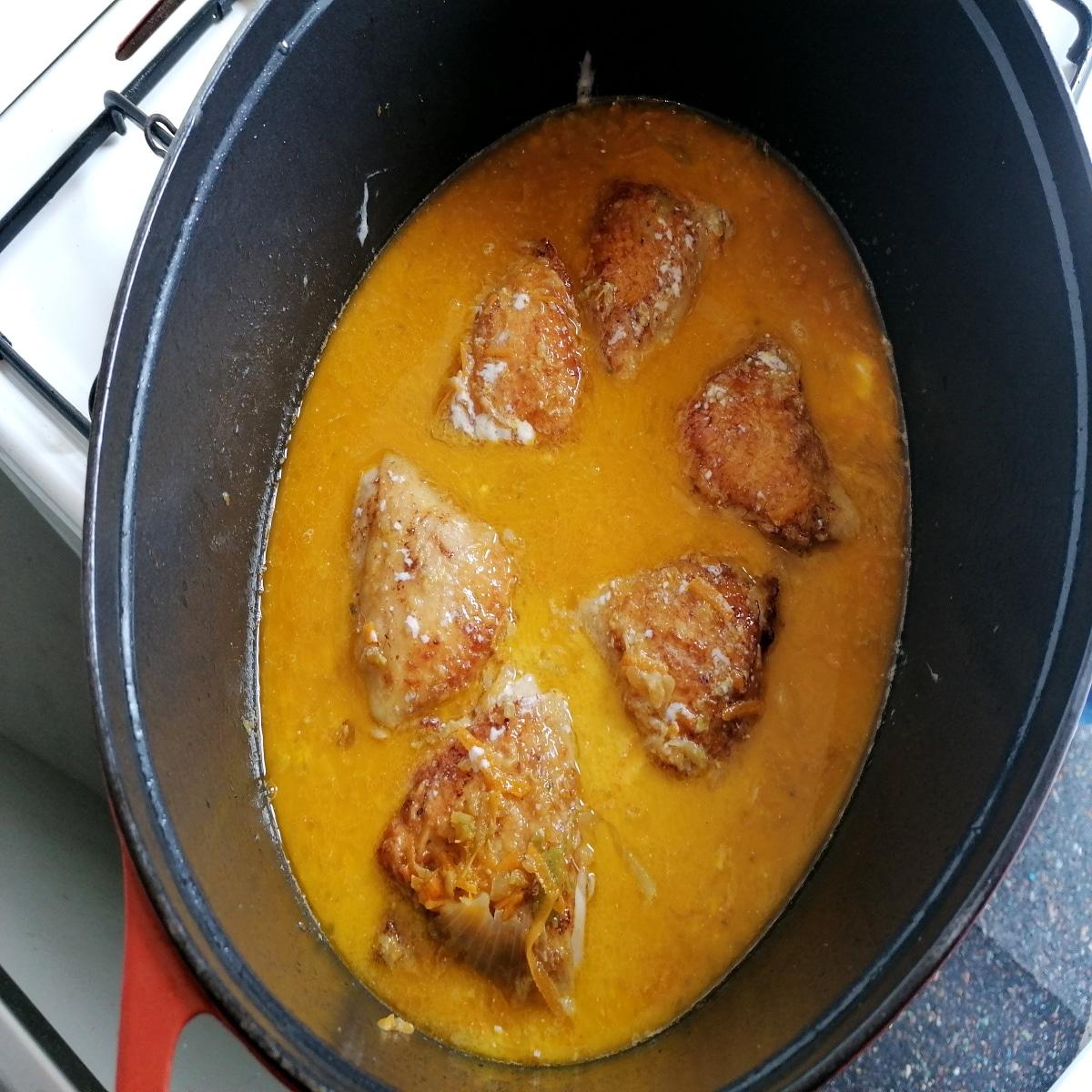 sauce du poulet vanillé en sauteuse