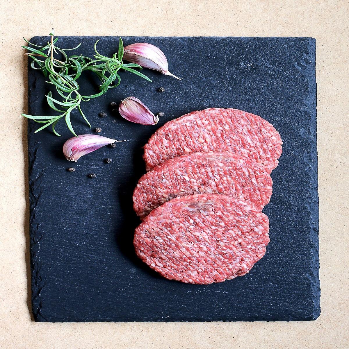 viande artificielle dans les assiettes