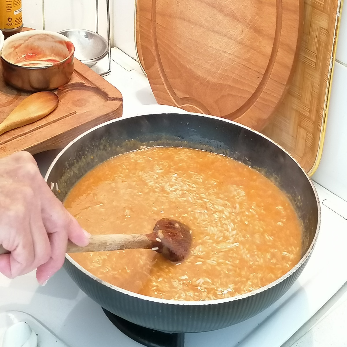 cuire le riz rouge dans le bouillon de volaille